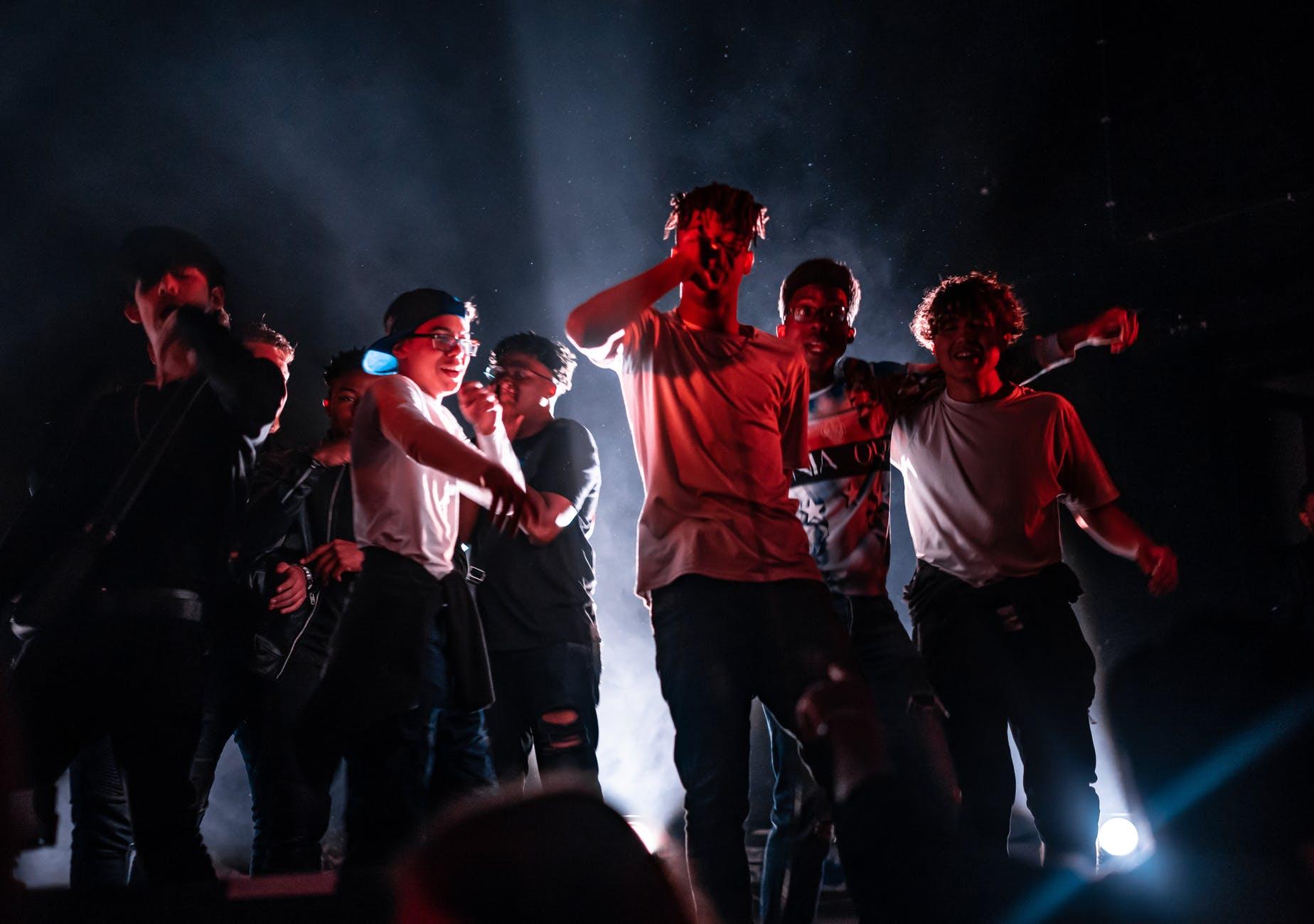 Tieners op podium zingen/rappen
